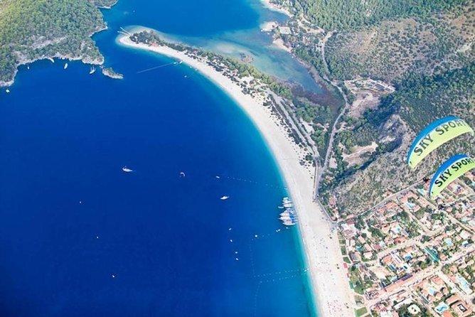 Paragliding over the Blue Lagoon in Olu Deniz, Fethiye, TURQUIA