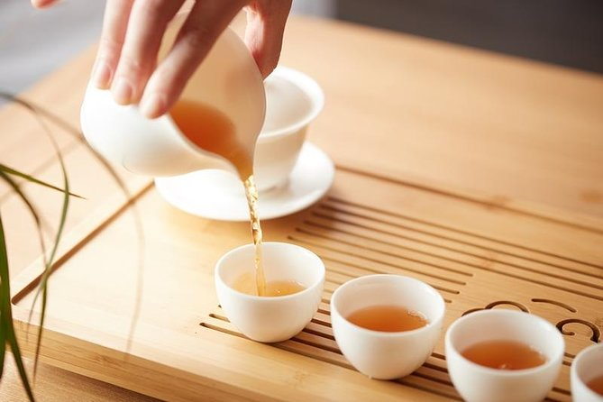 You can experience a traditional Chinese tea ceremony. In Chinese tea ceremony, tiny teapot and teacups are used so that we can brew tea many times. We enjoy how the flavor changes, and admire its appearance, ​aroma, and quality. You can get the knowledge of Chinese tea and enjoy the depth of its culture.
