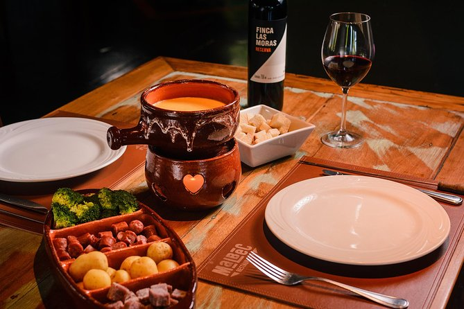 Enjoy a delicious Fondue dinner in one of Serra Gaucha's most traditional options. With cheese, meat and chocolate fondues in sequence, you will be delighted by the varied flavors of this traditional Swiss dish!