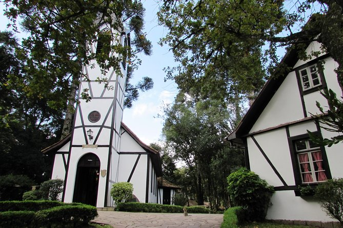 This tour is special for those who want to know all the German culture printed in the architecture and tradition of the city of Nova Petrópolis. Take a tour of the main points of the city such as the Aldeia do Imigrante and Flowers Square and get to know shops of varied products and typical of the region!