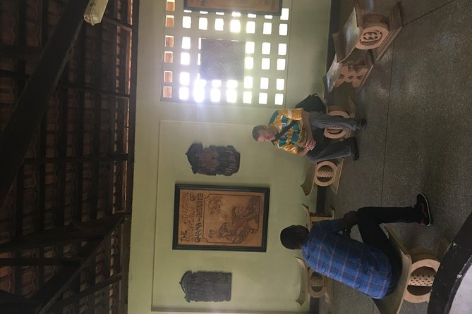 Is a private tour, very comprehensive experience and you will learn how Kente Clothes is made and you will have the chance to weave the Kente cloth yourself.