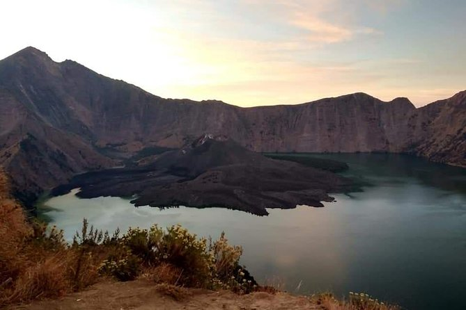 Rinjani trekking package 2 days 1 nightsenaru crater rim, is for you, if you're looking for Mt Rinjani package for beginners, Trek through a pristine rainforest and build your camp on the crater rim of Mount Rinjani. Watch a spectacular sunset and sunrise over the Gili Islands and Mount Agung in Bali, this is the only Rinjani Trek package we recommended for beginner trekkers and family with kids<br>