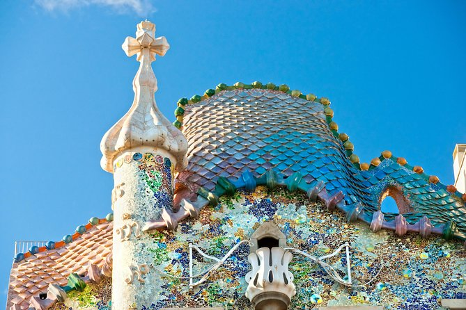 """Discover Casa Batlló, Antoni Gaudí's masterpiece recognized as a UNESCO site in 2005. Enjoy a guided tour including skip-the-line access and a vintage photo souvenir. <br><br>The house is locally known as """"Casa dels ossos"""" (House of Bones) because of the skeletal appearance conveyed by its structure.<br><br>Visit this Art Nouveau building and get the chance to closely admire its irregular windows, its sculpted floral decorations and the colorful mosaics that almost entirely embellish the building's façade. <br><br>Notice the references that Gaudí makes to the natural world as well as those related to Catalonia's history and identity.<br>"""
