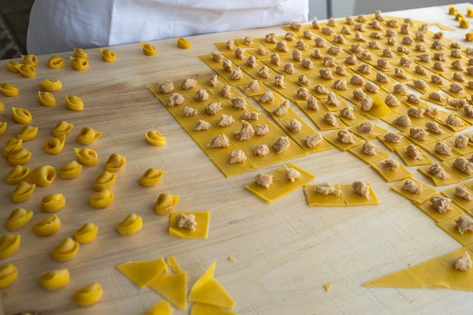 Small-group Tortellini Class at a local's home with lunch or dinner in Bologna, Bolonia, ITALIA