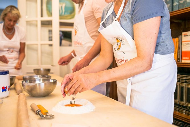 Private Pasta-Making Class at a local's home with lunch or dinner in Bologna, Bolonia, ITALIA