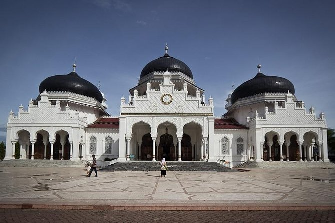 Planning a trip to Aceh? Visit Ulee Lheue Beach, The Aceh Tsunami Museum and Baiturrahman Grand Mosque. Either alone, with the family or for business, don't worry about a thing we've got you covered. We want you to enjoy your day in Aceh and give you a stress-free travel experience. Book a car which best suits the itinerary plan you have in mind for your day in Aceh. The price you pay is included the fuel vehicle for 12 hours duration.
