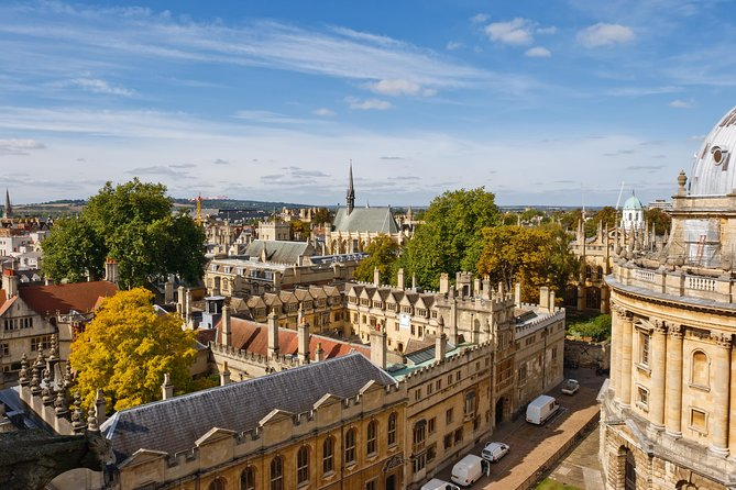 Together with the professional guide, you will visit the most charming places in Oxford. Is it true that the city was the capital of England? What is so special about the university in Oxford? The city is fascinated by its architecture, culture, beautiful landscapes. What is the relation between the city and the Harry Potter cult movie? Your charming guide will tell you what is special and unique about living in this city. Perfect for those who are visiting the city for the first time and want to get the most of it! Admire the unique architecture of Oxford University buildings.