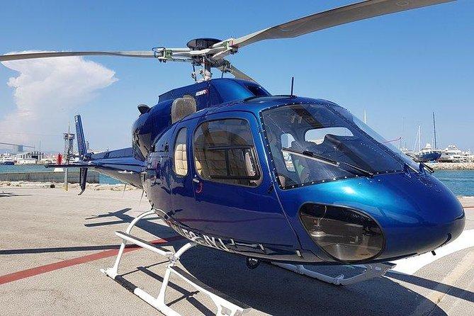 Su recorrido en helicóptero comienza en el helipuerto de Barcelona, situado cerca de los muelles de cruceros. Despegarás y volarás sobre la costa mediterránea de Barcelona. Desde el antiguo distrito de pescadores de la Barceloneta hasta la playa de Marbella, las vistas son impresionantes. También pasarás por el World Trade Center, la Estatua de Colón, el Maremagnum y el Forum de las Culturas.<br><br>