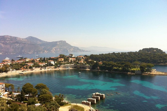 Discover the French Riviera during this guided tour of the Côte d'Azur. Enjoy the best panoramic views of Villefranche and Saint-Jean-Cap-Ferrat, visit the village of Èze, explore Monaco, Monte Carlo and visit Antibes and much more.