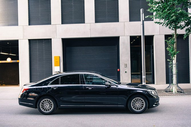 Meet & Greet private service by your skillful driver at thelobby of your hotel in Davos.Sit in comfort andenjoy the private transfer allthe wayto Zurich Airport withAlpTransfer.