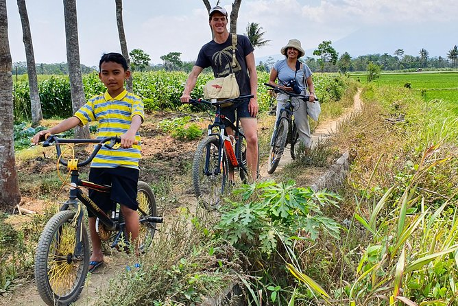 """Experience visit to rural life in Malang colntryside and interact with genuine locals.<br><br>During the trip guests will visit local's housing area, cycling around the """"Kampoeng"""" and try local home-made dishes in local house. Cycling route will pass sugar cane plantation and rice field area as well."""