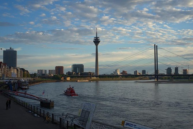 Arrival Private Transfer Dusseldorf Airport DUS to Dusseldorf City by Sedan Car, Dusseldorf, Alemanha