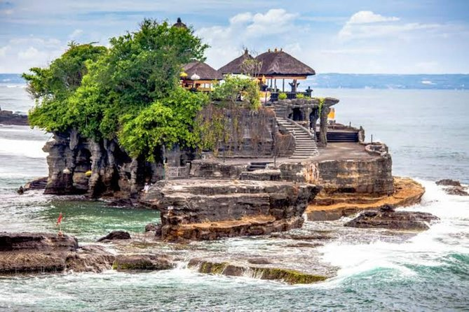 Bali Sightseeing Tour that explore Tanah Lot Temple and best nature in Ubud including Tegalalang Rice Terraces and Tegenungan Waterfall, plus Batuan Temple and discover some arts handicraft in Ubud villages. Tanah Lot Temple is a gorgeous temple by the sea and known as one of the Best Temple in Bali. This is a great way to get an overview of some of what Bali has to offer and the best choice for you who looking for: Best of Bali Tour, Bali Temple Tour, Tanah Lot Tour, Private Day Trip in Bali, The Highlight of Bali Tour, Best Seller Tour in Bali, Best Sightseeing Tour in Bali, and Bali Tour Packages.