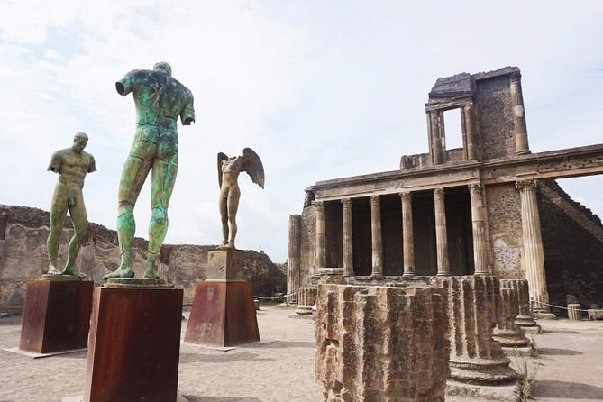 To enjoy Pompeii without stress with a maximum 8 persons group this is the best way to explore the Archeological Park.<br><br>Begin your visit to Pompeii with skip-the-line admission to the ruins, where you'll see the most importants houses and road of the old city.<br><br>Pick up from your hotel direct to the entrance - official local guide for 2 hours - <br><br>