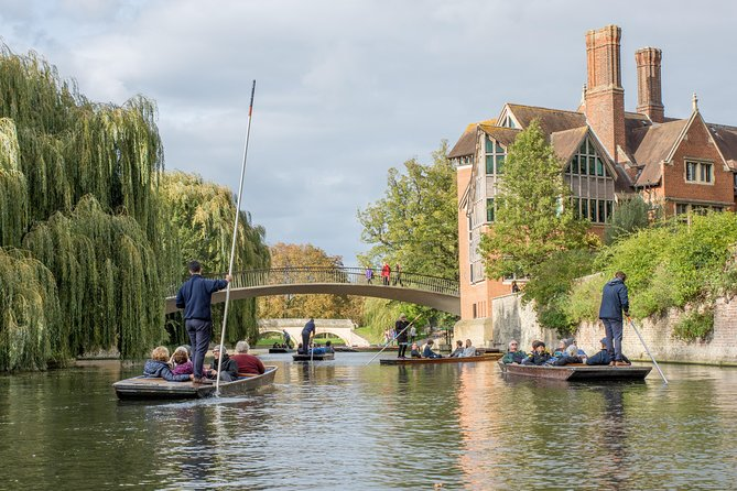 This 50-minute private punting tour gives you the opportunity to see eight of the most famous Cambridge Colleges from Darwin College to Magdelene College and nine bridges from the Mathematical Bridge to the Bridge of Sighs all while being punted by a professionally trained local student-guide. <br><br>In addition, your experienced professional photographer is on hand to take exquisite photos of your private group throughout the tour making sure you get the right angles for a selection of memorable photos. Just relax and enjoy the experience!