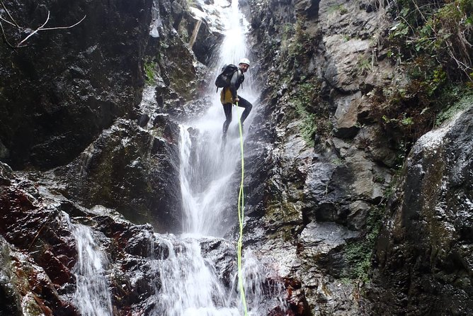 The hot spring canyon is located in Thuès-Entre-Valls (France), very close to Puigcerdà (approximately 35 minutes). It is a fantastic canyon which brings together the emotions that we all seek. On the one hand, adrenaline; on the other hand, rest in a thermal bath. Are you going to miss it?