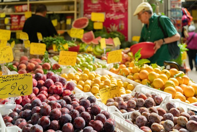 Local Market Tour and Dining experience at a local's home at Lake Garda, Brescia, Itália