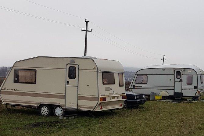 Camping pentru caravan, rulote si camper aproape de Manastirea Hadâmbu. <br>Posibilitate de cazare la casute de lemn, autorulote cu 2 , 3 si4 paturi<br>Sau corturi de 2 si 4 persoane.