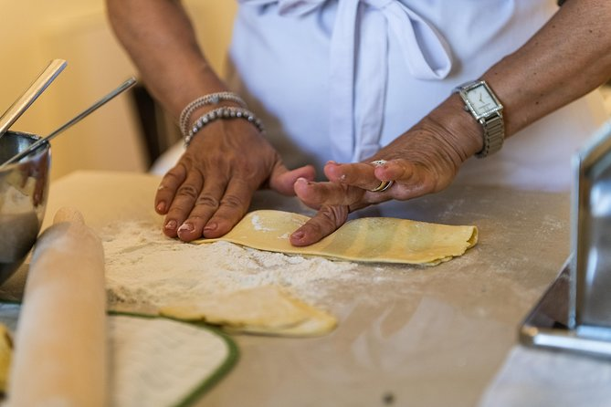 Private pasta-making class at a Cesarina's home with tasting at Lake Garda, Brescia, Itália