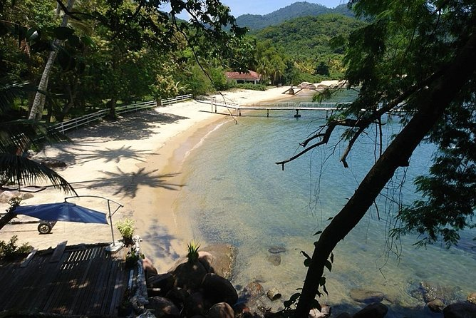 This is the ideal hike for nature's lovers.<br><br>You will have the opportunity of a reinvigorating waterfall shower, snorkelling in the calms water of Enseada das Estrelas and sunbathing on the pristine Camiranga and Pereque Beaches.<br><br>Enseada das Estrelas is well known for it's peaceful and pristine beaches where you can also enjoy the traditional local cuisine.