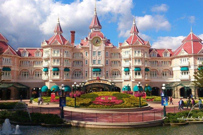 Departure Transfers from Disneyland Village to Paris Airport CDG in Luxury Van, Marne-la-Vallee, FRANCIA
