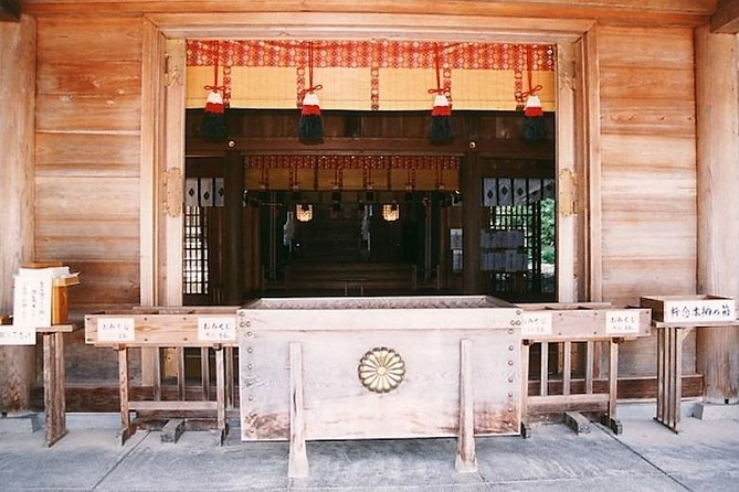 Get a taste of Izumo area with this 4 hours tour. You will be able to visit historical and most popular sites in Izumo area, including Izumo Shrine.<br>This is an exclusive tour by our chartered vehicles. You don't have to hurry for any other tourist. This tour is only for your group! The local English speaking guide will be attended and welcome you. The tour can be started any hotels in Shimane. The tour course can be customized as long as it fits in 4 hours. <br><br>Recommended places to visit<br>・Izumo Taisha Shrine<br>・Hino Cape and Izumo Hinomisaki Lighthouse, the stunning view of ocean and sunset.<br>・Suga Shrine is known as the birthplace of waka, a form of poetry.<br>・Susa Shrine is located deep in the mountains of Sada in Izumo.