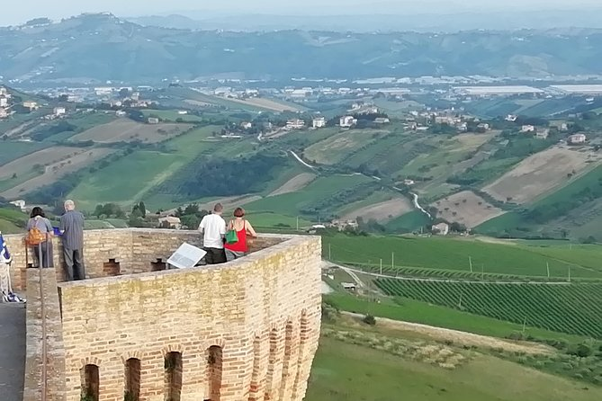Acquaviva and its ancient fortress.. ride along beautiful panoramics paths. Let's visit Monteprandone and its Stunning sea panoramic view, Ascoli Piceno, Itália