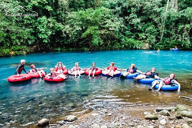 El tour tubing es la gran actividad donde puedes conocer los mejores paisajes de rio celeste y su gran energía es un tour para disfrutar de la naturaleza con una pincela de aventura