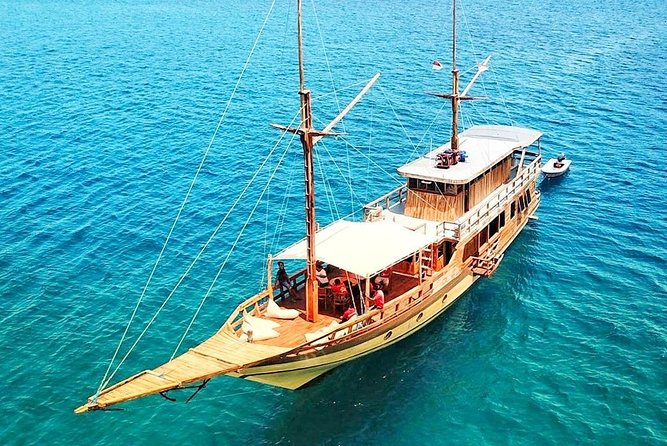 Spend your time 3Days 2Nights (2Nights stay overnight on Luxury Phinisi Boat) to exploring the fantastic of Komodo National Park as the homeland of the Dragons and to exploring our beautiful Islands around Komodo National Park. <br><br>Boat Type: Luxury Phinisi Boat (5 Cabin with AC plus Private bathroom/western toilet and shower in each cabin).<br><br>Prepare money in cash for Entrance Fee to the National Park IDR 375K / Person / Day. Ranger fee in Komodo 180K for 1-5 Persons.<br><br>Note: Price for 8 Persons