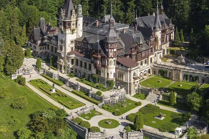 This is a private tour, a one day drive that will take you to Sinaia, 'the pearl of Carpathians' to admire the famous Sinaia city and Peles Castle. Then you shall cross the mountains into Transylvania, a total change of landscape! You will enjoy the virgin landscapes and you shall visit the renowned Castle of Dracula, in an unforgettable experience.<br>You will visit Libearty Bear Sanctuary, the green retirement home of former captive bears, most of whom endured horrific treatments and sometimes even tortures, at the hands of circuses, zoos, and private owners.