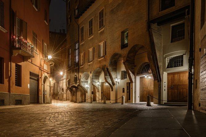 Tragos y mordiscos de la Bologna nocturna, Bolonia, ITALIA