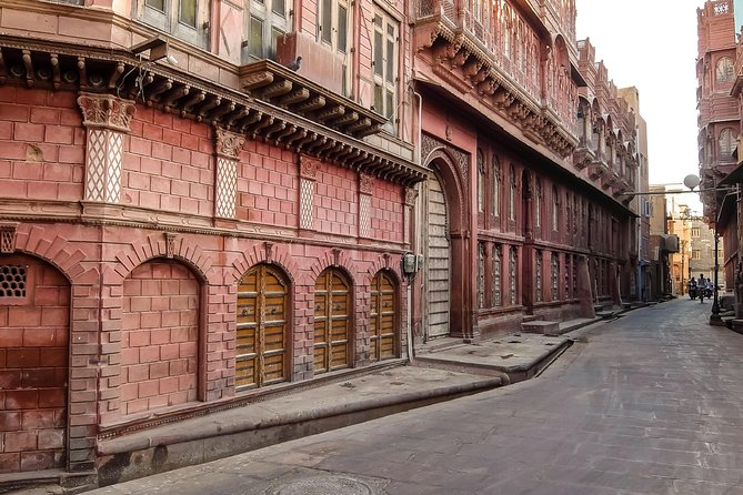 Experience authentic Bikaner on this amazing walking tour of the old town with our fun and entertaining storytellers.<br><br>This walking tour will give you a great induction of the city, its history, its vibrant culture, and its people with lots of wonderful stories about the city, fun facts and must do things in the city.