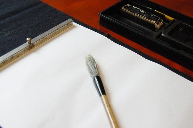 【OUTLINE】<br>You can experience Shoga Art (Painting and Calligraphy) in Hakodate. The unique experience starts with cutting a squid and making ink. You can freely draw pictures and letters using squid ink. You will find the texture of squid ink different from the ordinary calligraphy ink. There are no rules, so use your imagination and freely create your artwork that will make a good souvenir from Hokkaido.<br><br>【HIGHLIGHTS】<br>・Trying painting and calligraphy with squid ink taken from high quality squid from Hokkaido<br>・Draw your favorite motifs such as kanji, illustrations, and landscapes<br>・Completed artwork can be taken home<br>・The venue is within 20 minutes by train from Hakodate station, with a little walk from the station<br>・Easily accessible to the historic spots and the nearby downtowns, before and after the experience