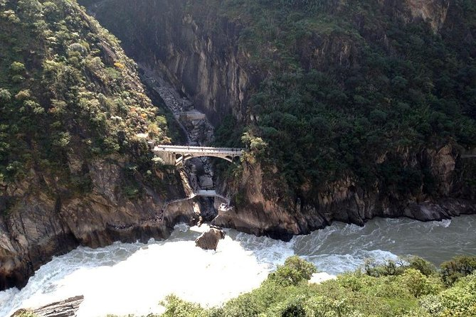 Classic 2-Day Tiger Leaping Gorge Hiking Group Tour from Lijiang, Lijiang, CHINA