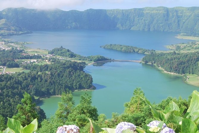 Join this full day tour visiting the Sete Cidades volcanic crater with its beautiful blue and green lake and others amazing view points and other small lakes around.<br>Stop for lunch (lunch, drinks, deserts included). <br>In the afternoon visit the top of Lagoa do Fogo mountain and volcanic crater with an amazing view above the lake, and the north and south shores of the island.<br>Visit the beautiful Santa Barbara beach at Ribeira Grande City.