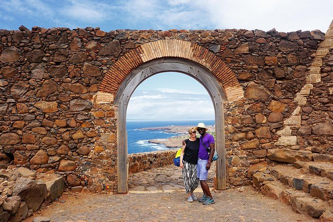 Move like locals in this four hours tour, explore the Historic center of Plateau and all highlights of the first city built by Europeans in the sub-saran Africa (Cidade Velha). get to know the cradle of Cape Verdian history and culture, visit emblematic places filled with extraordinary stories.<br><br>