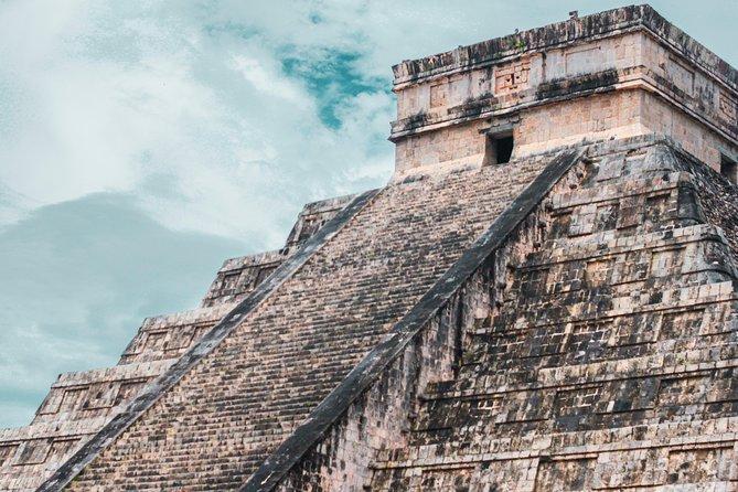 """Conozca una de las maravillas del mundo moderno, Chichen Itza; donde podrá observar la ciudad más importante del mundo maya. En este lugar se encuentra """"El Castillo de Kukulkan"""". El tour lleva a bordo un guía certificado que le brindará toda la información de esta cultura tanto a bordo de la transportación como dentro de la zona arqueológica. Planeado con la mejor logística para que usted lo disfrute.<br><br>Venga y conozcalo!"""
