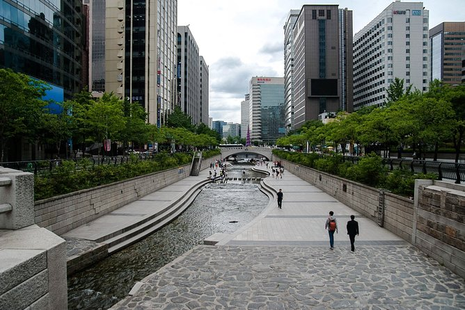 The best way to learn about a country's history and culture, is by visiting it's museums. This tour goes to the National Museum of Korea, Cheonggyecheon Stream and an amethyst factory with a knowledgeable tour guide and comfortable transportation.