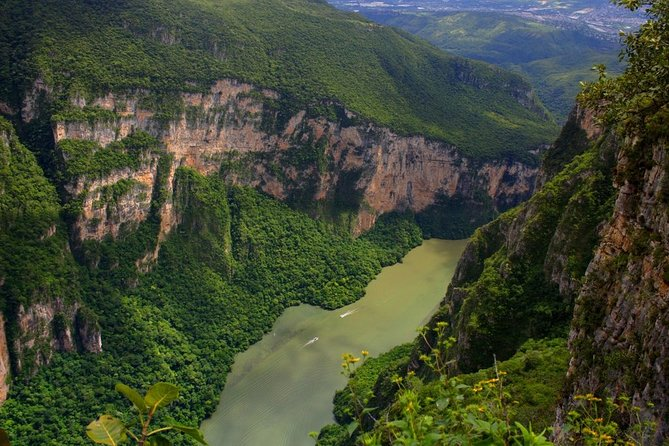 Know one of the oldest sites on planet earth, the beautiful Sumidero Canyon, home to multiple animal species that are in danger of extinction, complement this experience by knowing one of the most beautiful villages of Chiapas, Chiapa de Corzo, with its beautiful Renaissance buildings and French style, you can not fail to admire this incredible place.