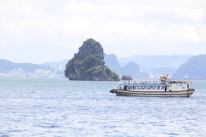 Halong bay Deluxe Cruise 2D/1N: Kayaking, swimming, Titop island & surprise cave, Halong Bay, VIETNAM