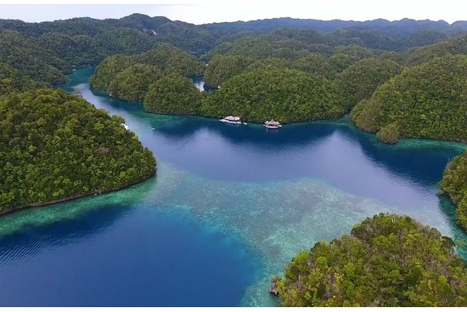 This tour package is bundled for those who want to see Sohoton and Bucas Grande, but also want to make a quick stop at Naked Island which has fine white sand and cool clear waters, plus a visit to Jelly Fish Sanctuary.