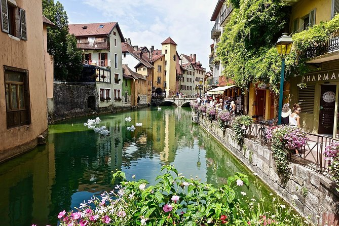 Enjoy this private 2 hour walking tour of Annecy. Get to know the best sites of this beautiful location. <br><br>Have our private official tour guide guide you on this unique experience. We will arrange a meeting point with your private guide to start this private walking tour of Annecy. <br><br>Amongst others, here are some sites that you will enjoy:<br><br>Lac d'Annecy <br>Vieille Ville <br>Jardins de l'Europe <br>Pont des Amours <br>Palais de l'Île <br>Cathedral and Basilica <br>Chateau d'Annecy<br>Much more! <br><br>At the end of the tour, your private official tour guide will drop you off in a central place in Annecy.<br><br>