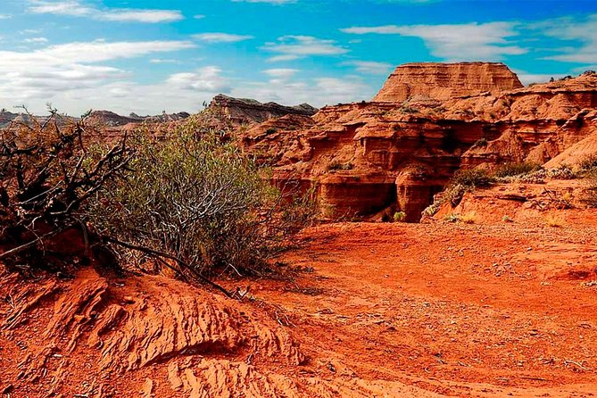 "The sensation is unique. You will be marvelled at the warm tones of this scenery. Not in vane movie producer Adolfo Aristarain chose this place to film ""Un Lugar en el Mundo"" (A Place in the World) with the actor Federico Luppi.<br>The name ""Quijadas"" refers to the maxillary bone. If you look at the map of these sierras, you will see that their shape looks like an animal maxillary bone.<br>Among the species in this dry arid area there are pumas, wildcats, grey foxes, maras, small fowl, American ostriches, grey falcons, vultures and lizards."