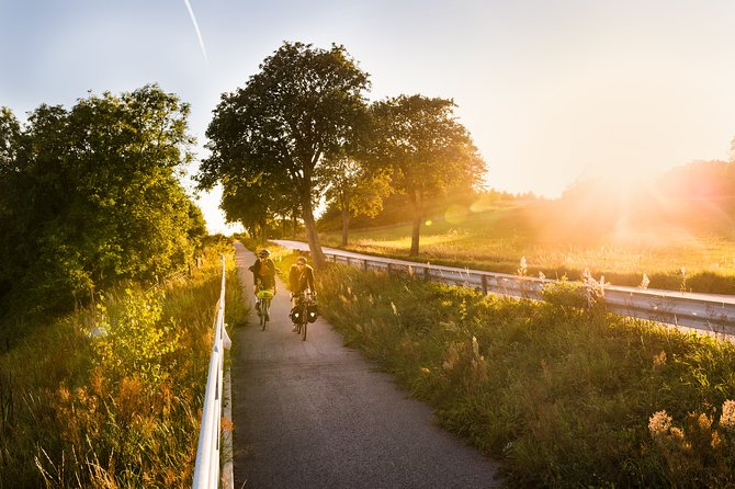 Sydostleden is one of Sweden's national cycle paths. <br><br>It stretches for almost 300 kilometers and offers a wide range of cycling experiences. The trail starts in southeastern Skåne, in the picturesque town of Simrishamn, and takes you through an ever-changing landscape all the way up to Växjö in Småland.