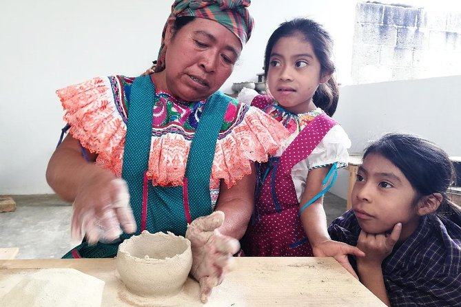 Working with clay and feel it between your hands.<br>We willlearn about traditional prehispanic ways of clay preparation and pottery handcraft. We will not only learn about Tseltal living culture but also we will share and live it.