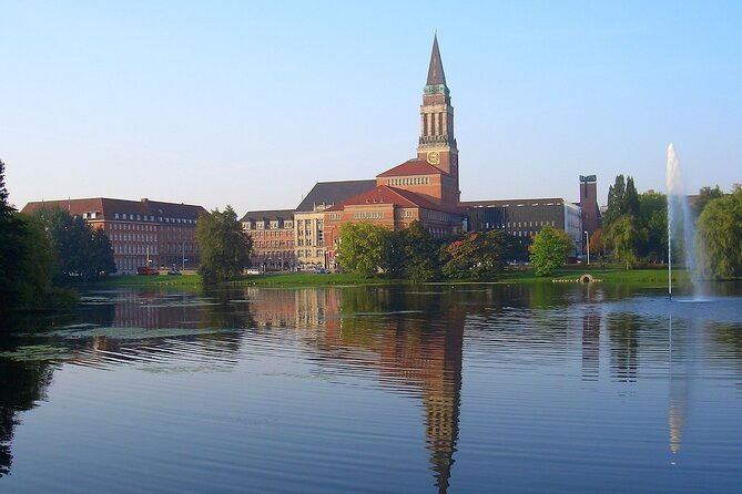 During a tour of Kiel you will see Kiel Fjord, Kiel Canal, Schleswig-Holstein capital, shipyard the HDW, old Olympic Port, Tirpitz Harbor, Sailing Centre, Holtenauer Lighthouse, Kiel Maritime Museum und ect.<br>You will then have 1.5 hours of free time to explore the city on your own, lunch or go shopping.