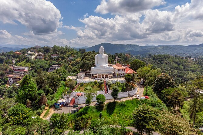 (SKU: LK60051400) Start your experience at Visit the world-renowned Botanical Gardens in Peradeniya with a large collection of orchid and other plants. The highlight of the tour is the visit to the famous Temple of Tooth Relic along with a relaxing walk by the serene Kandy Lake.
