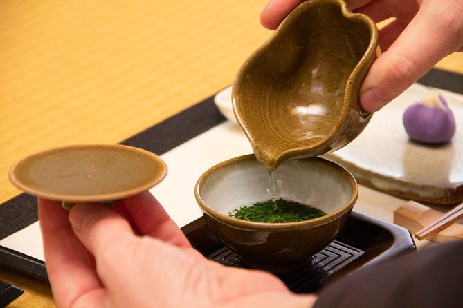 【OUTLINE】<br>Attend a lecture by a tea professional on how to enjoy some of Japan's highest quality, most delicious green tea.<br><br>【HIGHLIGHTS】<br>・Listen to a lecture by a tea professional on how to make the most out of high quality green tea<br>・Take advantage of the opportunity to drink Japan's highest quality refined green tea at Yamemoto<br>・Enjoy a matcha green tea grinding experience!