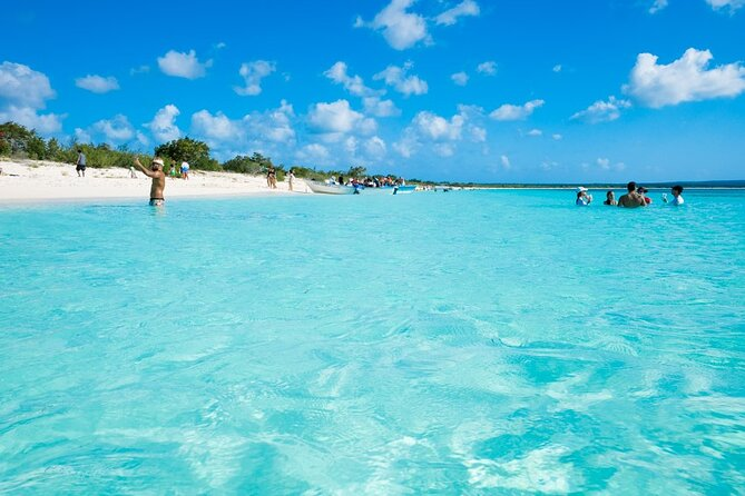 This tour you have the opportunity to know the beach beauties of the southern part of the Dominican Republic, as well as Bahía de las Águilas, one of the most beautiful beach in the Caribbean and also to visit the jewel of the south known as Los Patos de Barahona in a Unique and combined tour to make your experience more complete.