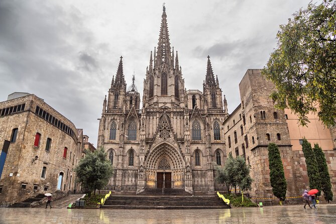 Like in a movie, live all the suspense and terror the Gothic Quarter of Barcelona can offer you by doing this soundwalk. Different narrators reveal to you the legends and stories such as the executioner in plaza del Rey, the legends in the cathedral, among others. You will also be guided to do the rithual of the Pont Bisbe as you discover its mysterious story. Dare to take this walk, as the 3D sounds and narrators take you on to a thrilling experience of the Gothic Quarter. The tour will also take you to discover the Plaza Sant Jaume where you discover the legend of the Dragon and Saint Jorge of Capadoccia. You will finish your soundwalk in front of the ancient church of Santa Maria del Mar where you will discover the stories behind the black masses that used to be celebrated in the past, and the legends of the two thiefs.
